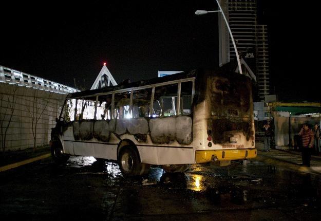 Spalony autobus na ulicy  Lopez Mateos w  Guadalajara /AFP