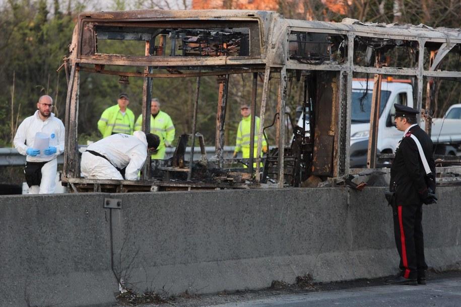 Spalony autobus na zdjęciu archiwalnym /Massimo Alberico/REX /PAP/EPA