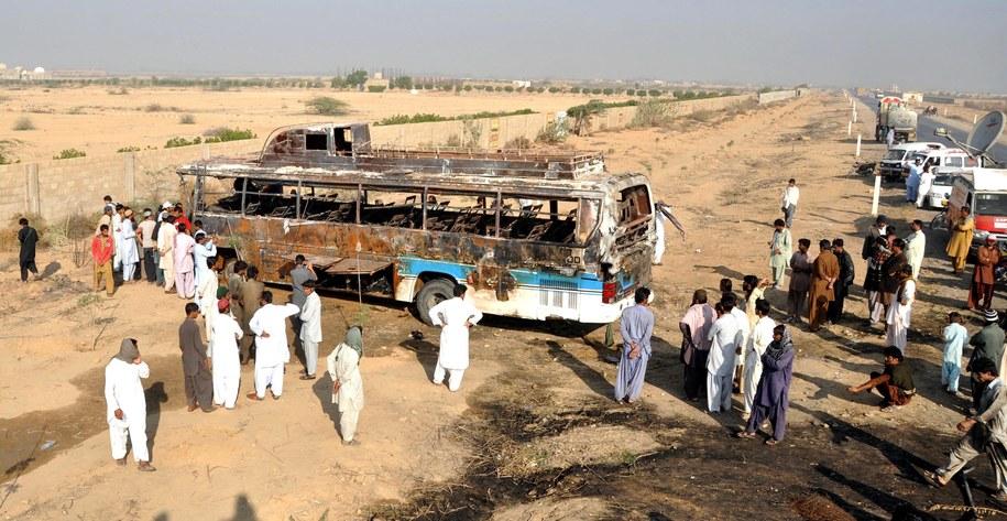 Spalony autobus po wypadku //SHAHZAIB AKBER /PAP/EPA