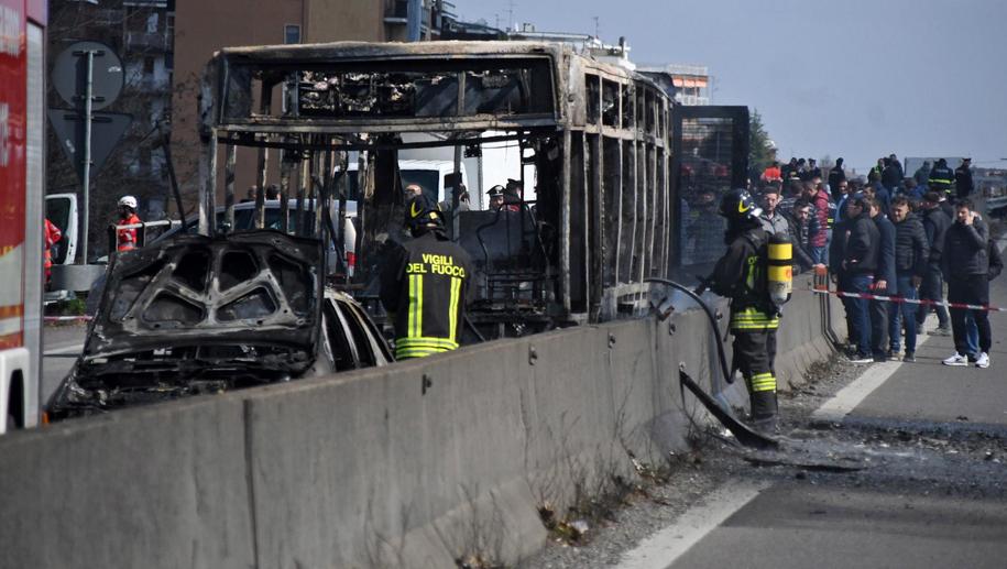 Spalony autobus /DANIELE BENNATI  /PAP/EPA