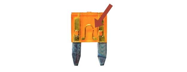 Spalony bezpiecznik nie zawsze musi być okopcony. Szczególnie ten mniejszej mocy może mieć jedynie drobną przerwę. /Motor