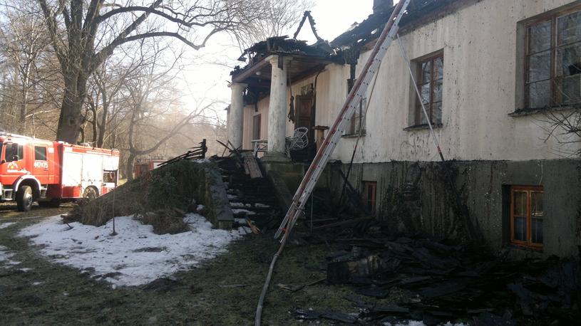 Spalony dworek Wojciecha Siemiona /Maciej Czarnocki /Reporter
