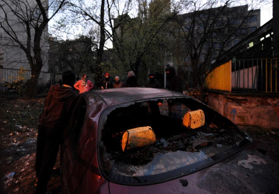 Spalony samochód przy skłocie na Skorupki w Warszawie /Jacek Turczyk /PAP
