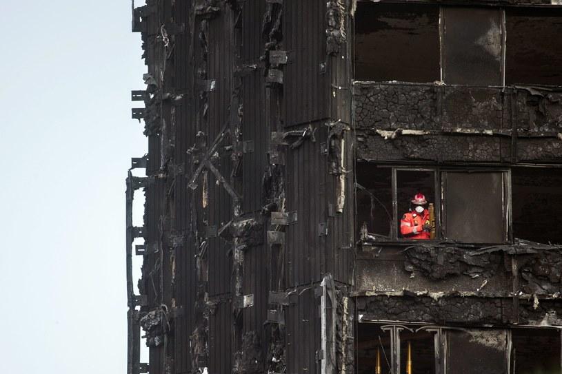 Spalony wieżowiec Grenfell Tower na przedmieściach Londynu /WILL OLIVER  /PAP/EPA