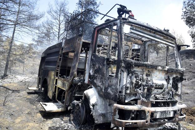 Spalony wóz gaśniczy cypryjskiej straży pożarnej /AFP