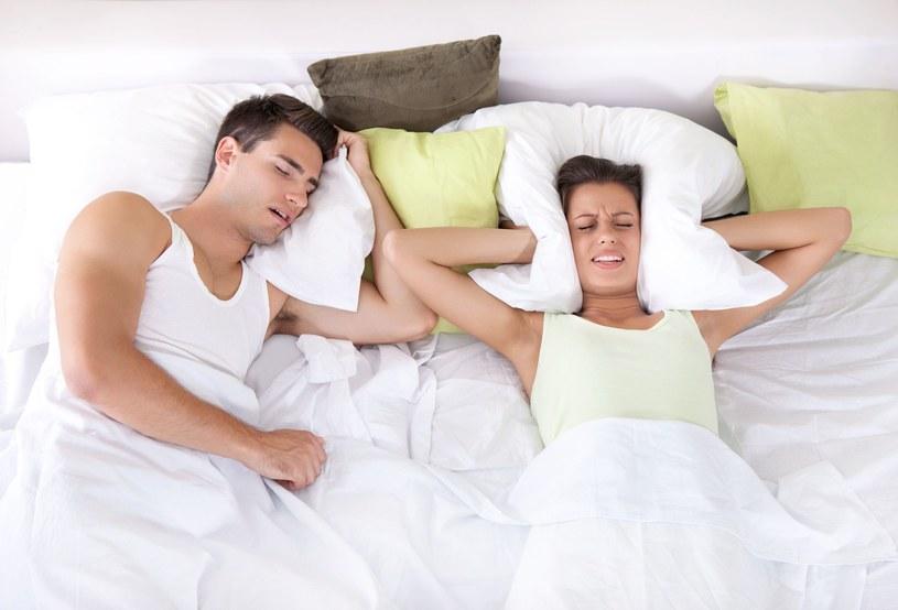 Spanie na boku może pomóc! /123RF/PICSEL