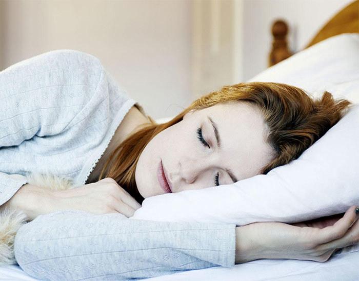 spanie na lewym boku zdrowie /© Photogenica