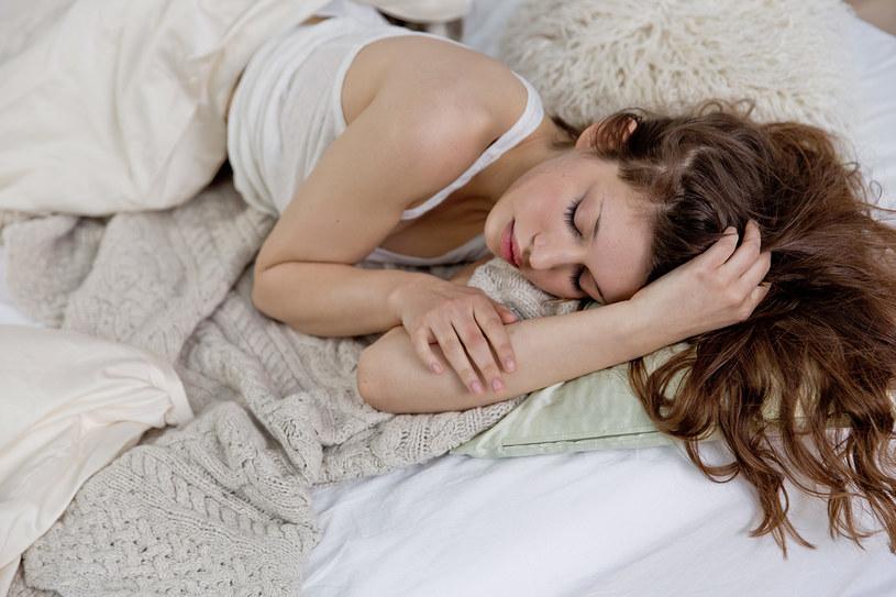 spanie na lewym boku /© Photogenica