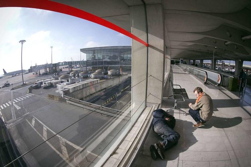 Spanie na lotnisku nie musi wyglądać tak, jak na załączonym obrazku /AFP