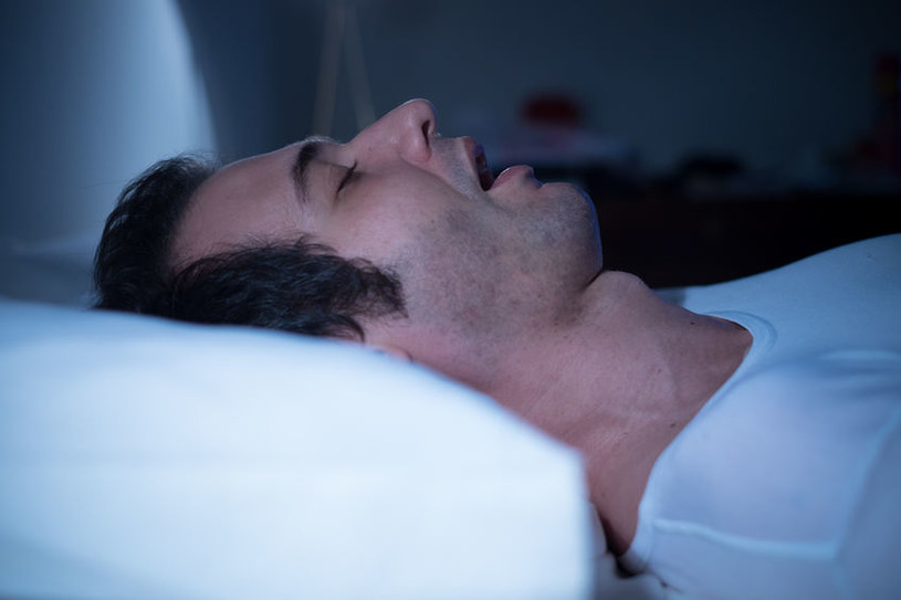 Spanie na wznak /©123RF/PICSEL