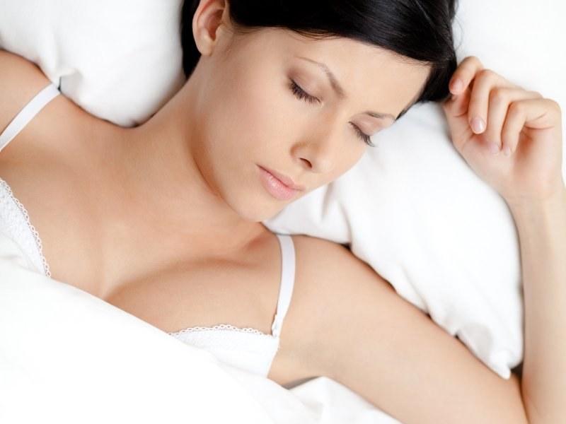 Spanie w biustonoszu /© Photogenica