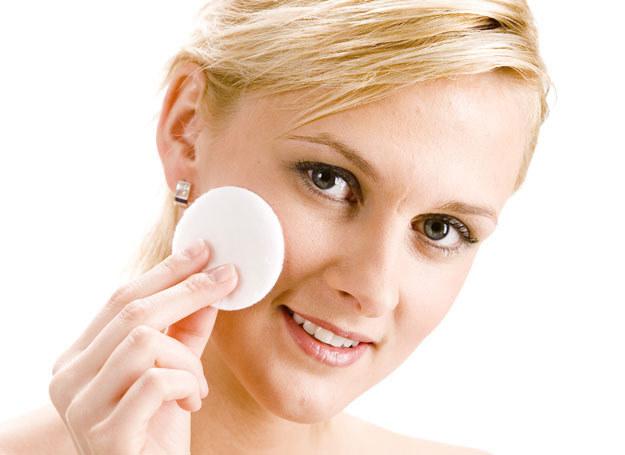 Spanie w makijażu jest również przyczyną podrażnień i zaczerwienień /123RF/PICSEL