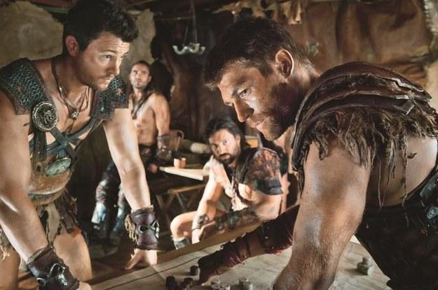 Spartakus (Liam McIntyre) planuje z Crixusem (Manu Bennet z lewej), Gannicusem (Dustin Clare) i Agronem (Daniel Feuerriegel w środku) ostatnią bitwę. /Mat. Prasowe
