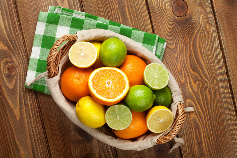 Sparz skórki tych owoców i zetrzyj. Wyciśnij sok z cytryny i dodaj olej kokosowy /123RF/PICSEL