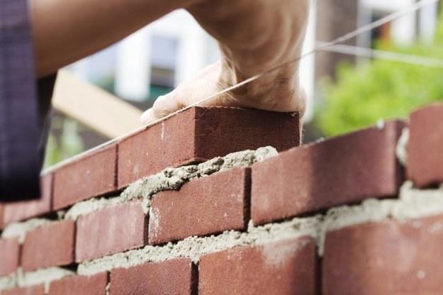 Specjaliści budowlani mogą zarobić na czarno nawet 5 tys. zł miesięcznie /© Panthermedia