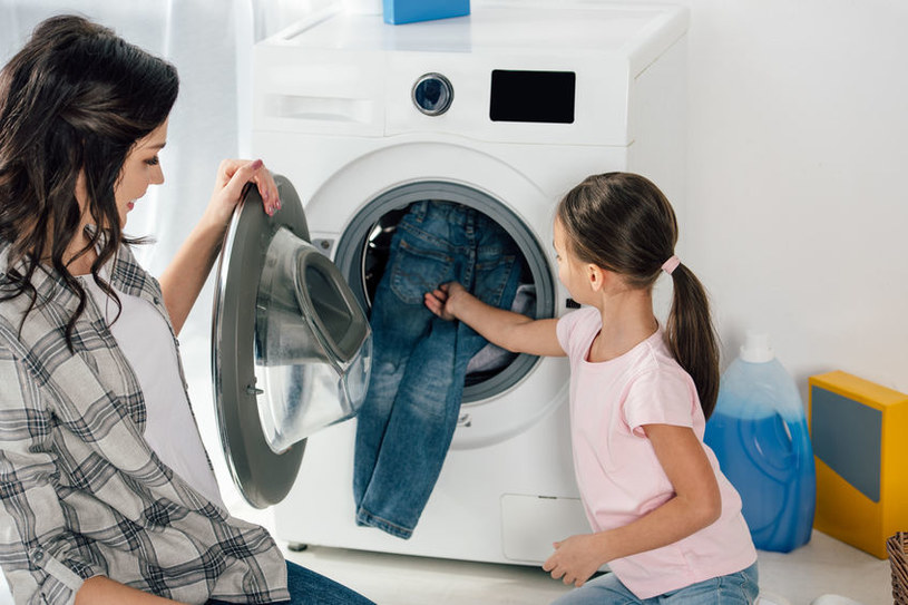 Specjaliści sugerują, by jeansy prać jak najrzadziej, wyłącznie w zimnej wodzie /123RF/PICSEL