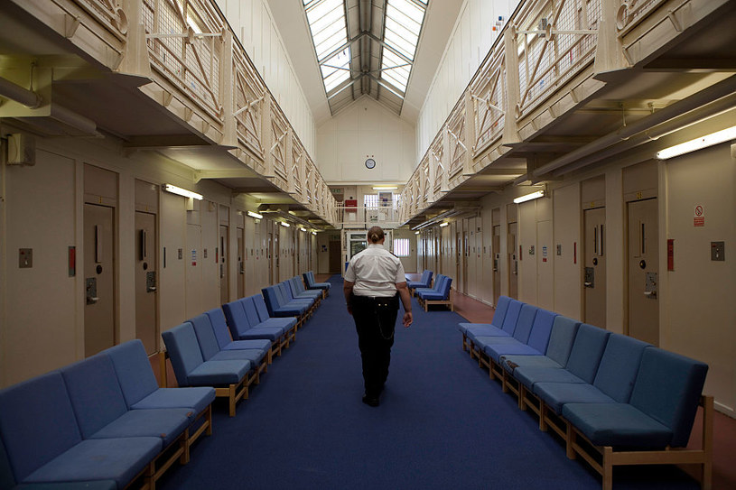 Specjaliści zalecają wszelkie działania wychowawcze, kulturowo-oświatowe na terenie zakładów karnych /Getty Images