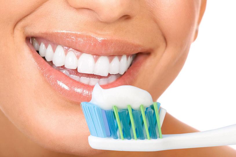 Specjaliści zdecydowanie odradzają stosowanie domowych sposobów wybielania zębów /123RF/PICSEL