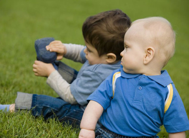 Specjalista powinien ocenić, czy donaszanie bucików nie wyrządzi jakiejś szkody młodszemu dziecku /123RF/PICSEL