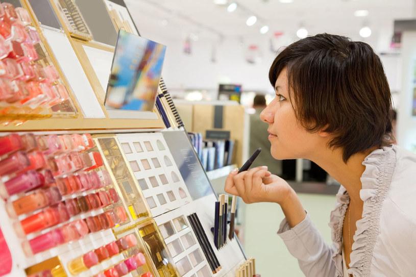 Specjalna aplikacja na smartfony pozwala dobrać kolor podkładu czy pomadki /123RF/PICSEL