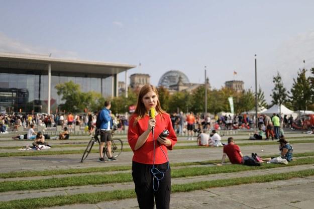 Specjalna wysłanniczka RMF FM do Berlina Aneta Łuczkowska w pobliżu urzędu kanclerskiego /Michał Dukaczewski /RMF FM