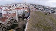 Spektakularne akrobacje na krawędzi dachu wieżowca
