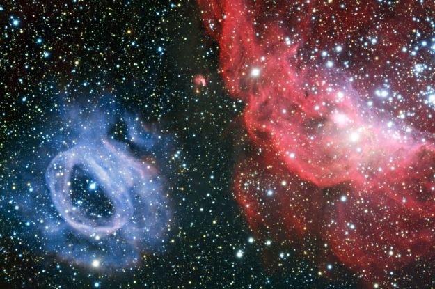 Spektakularne mgławice: NGC 2014 (czerwona) i NGC 2020 (niebieska) /materiały prasowe