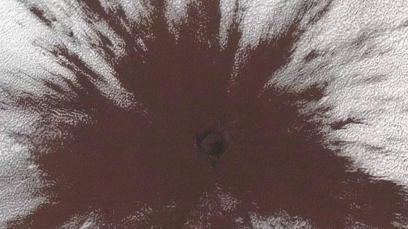 """Spektakularne uderzenie w Marsa kosmicznej skały. """"Krater powstał w ubiegłym roku"""" /Geekweek"""