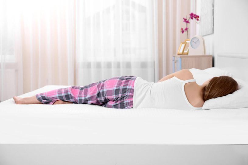 Śpiąc na prawym boku pozwolisz kręgosłupowi się zrelaksować /123RF/PICSEL
