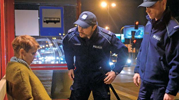 Śpiąca, okradziona i do tego kompletnie pijana. Funkcjonariusze odstawią Martę do izby wytrzeźwień /www.barwyszczescia.tvp.pl/