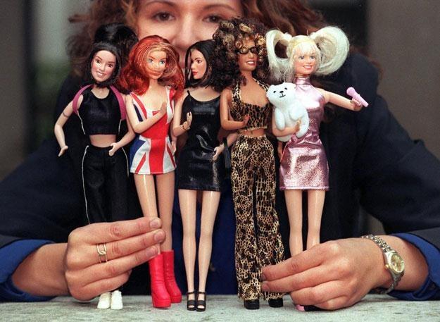 Spice Girls jako lalki: Sporty, Ginger, Posh, Scary i Baby. Plus biały miś /arch. AFP