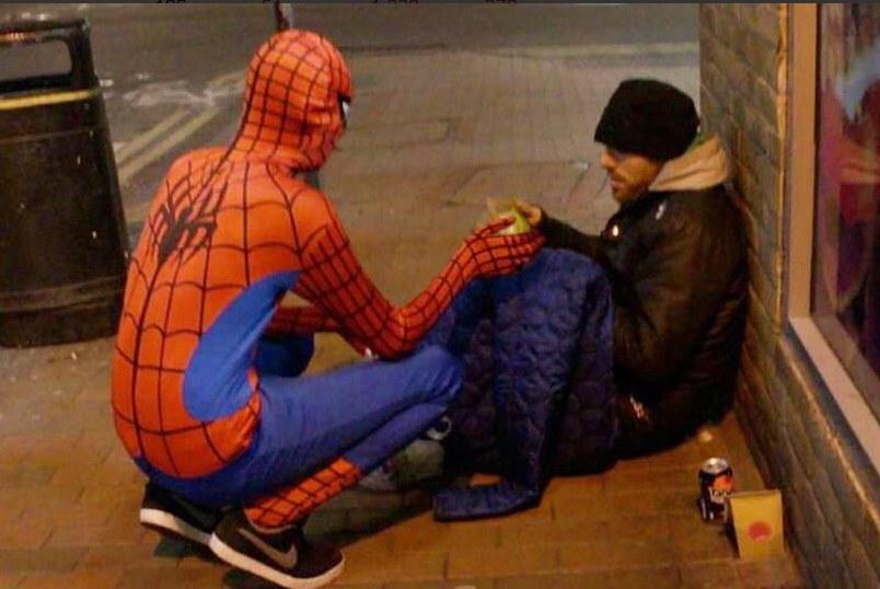 Spiderman pomaga bezdomnym z Birmingham /Twitter