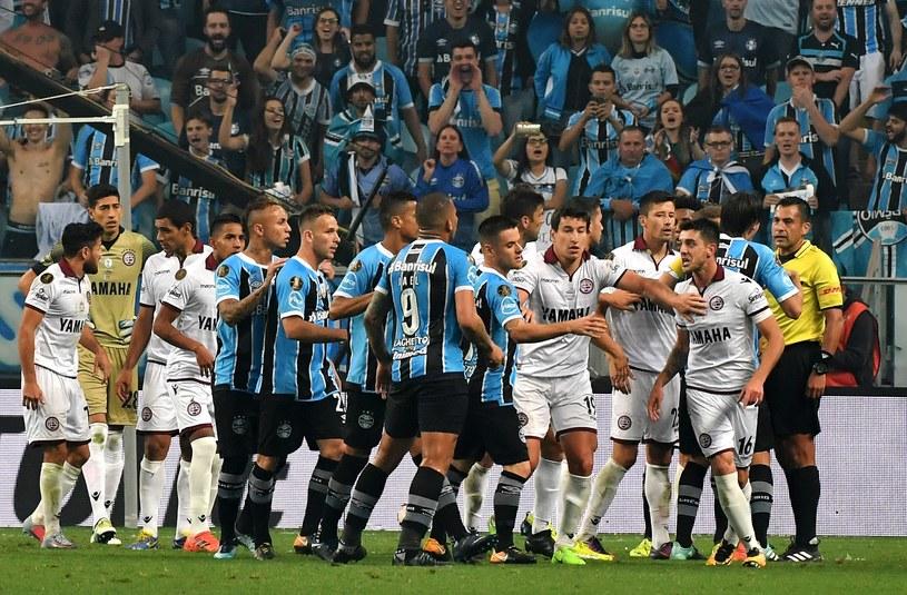 Spięcie w meczu Gremio Porto Alegre (niebiesko-czarne stroje) z Lanus /AFP
