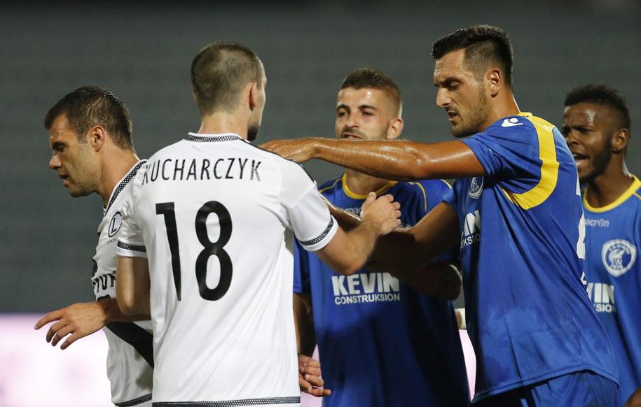Spięcie zawodników warszawskiej Legii i FK Kukesi w czasie meczu w Tiranie /ARMANDO BABANI  /PAP/EPA