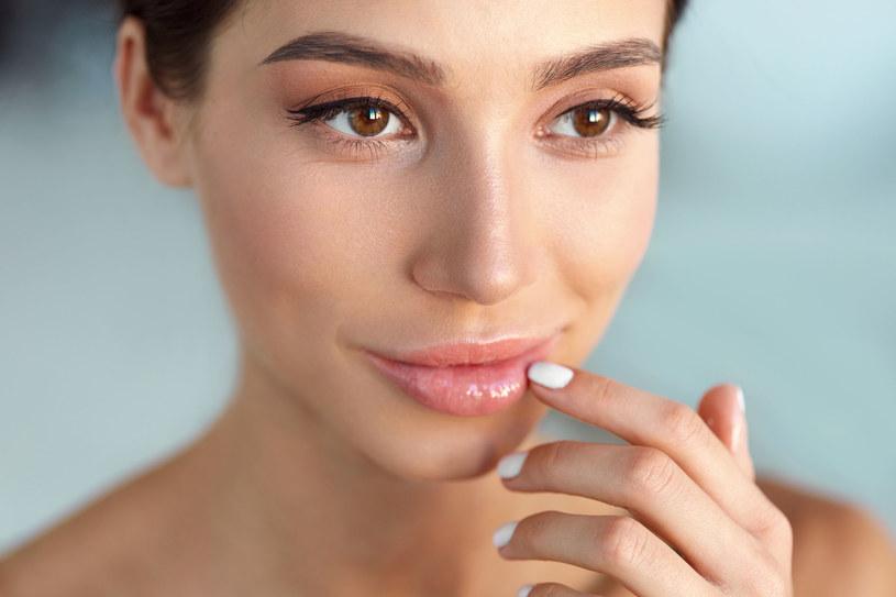 Spierzchnięte usta w prosty sposób można pielęgnować domowymi sposobami /123RF/PICSEL