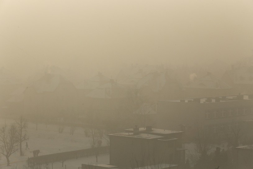 Spieszcie się z zakupem pieców pozwalających palić tanim i trującym paliwem! - zachęcają niektóre sklepy (na zdjęciu smog w Rybniku) /Dominik Gajda /East News