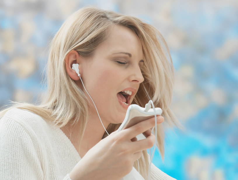 Śpiew to darmowy sposób na poprawienie swojego zdrowia psychicznego /123RF/PICSEL