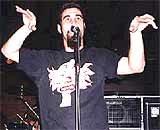 Śpiewa i tańczy Serj Tankian /