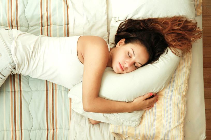 Śpij i młodniej w oczach /123RF/PICSEL