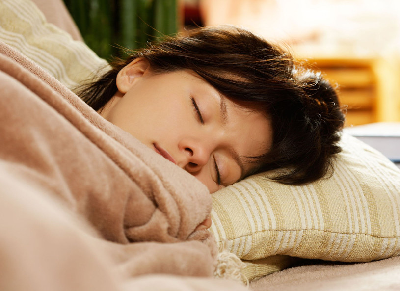 Śpimy krócej, ale bardziej efektywnie /123RF/PICSEL