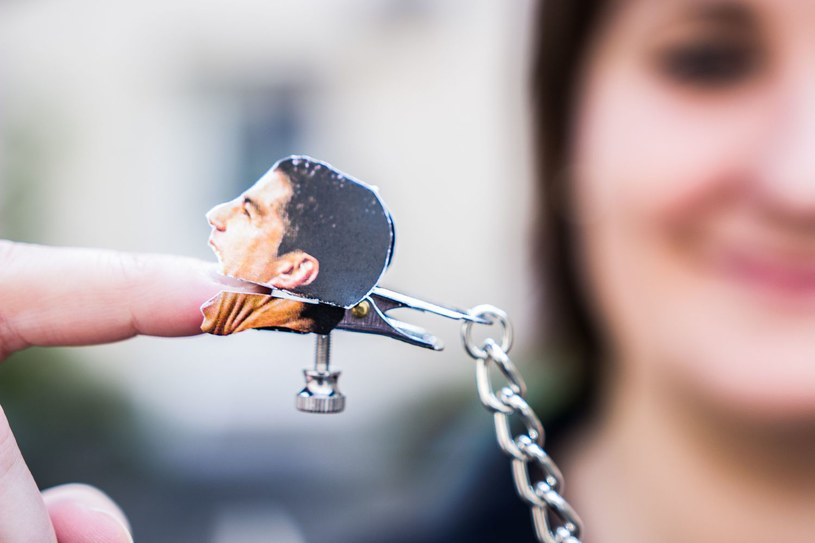 Spinacze na sutki z gryzącym Luisem Suarezem. Hit sex shopów? /AFP