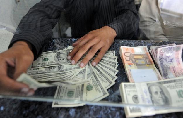 Spłacający kredyty w walutach mają problem /AFP