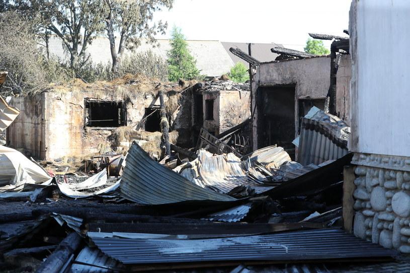 Spłonęło lub zostało uszkodzonych około 50 obiektów gospodarczych. /Grzegorz Momot /PAP