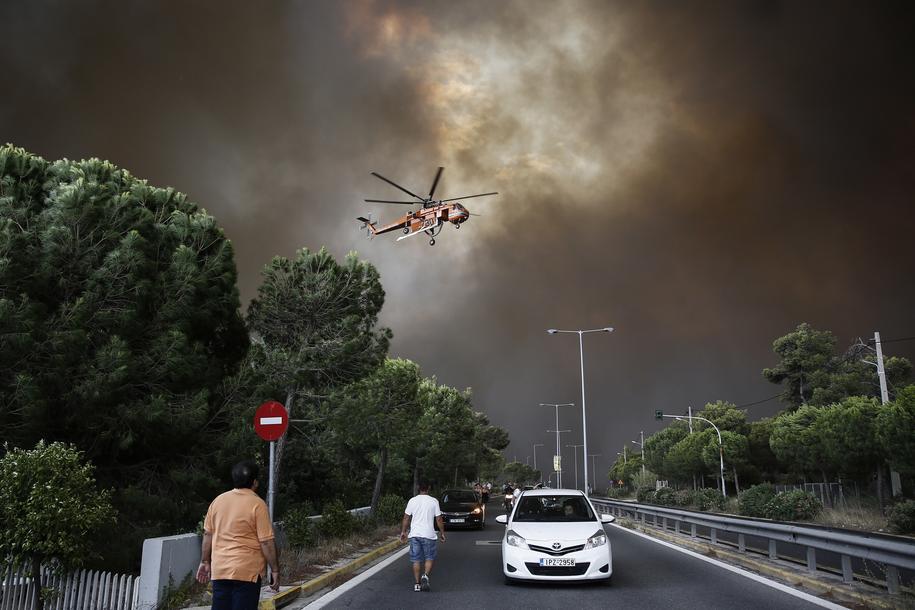 Spłonęło około 100 domów i 200 samochodów /ALEXANDROS VLACHOS /PAP/EPA