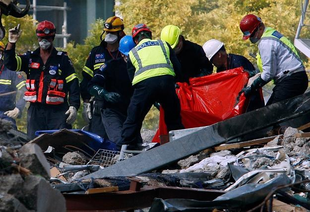 Spod gruzów wydobywane są kolejne śmiertelne ofiary /AFP