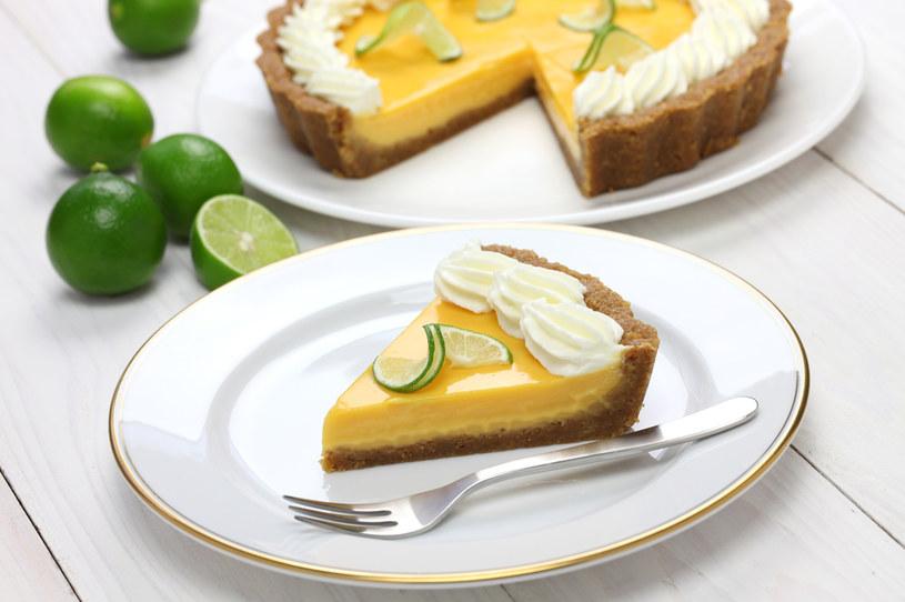 Spód możesz zrobić z pokruszonych ciasteczek (250 g) wymieszanych z roztopionym masłem (100 g) /123RF/PICSEL