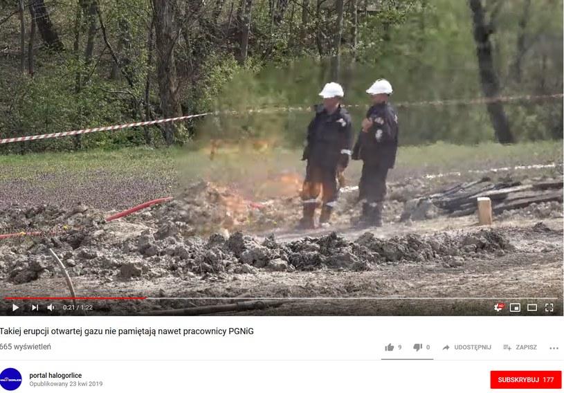 Spod ziemi wciąż wydostaje się gaz wciąż płonie, zdjęcie pochodzi z filmu opublikowanego przez Portal HaloGorlice /YouTube