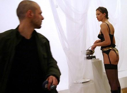 Spoglądając z zazdrością na jej bieliznę... /AFP