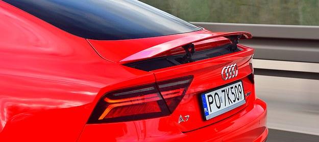 Spojler wysuwa się powyżej 130 km/h i chowa poniżej 80 km/h (można go obsługiwać ręcznie - przyciskiem). /Motor