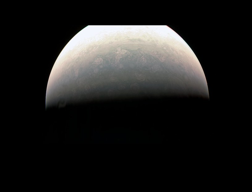 Spojrzenie na obszar polarny Jowisza z odległości 78 tysięcy km /NASA
